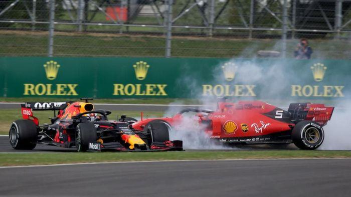 Momen ketika Verstappen (kiri) ditabrak Vettel di Sirkuit Silverstone, Inggris, Minggu (14/7/2019). (Foto: Charles Coates/Getty Images)