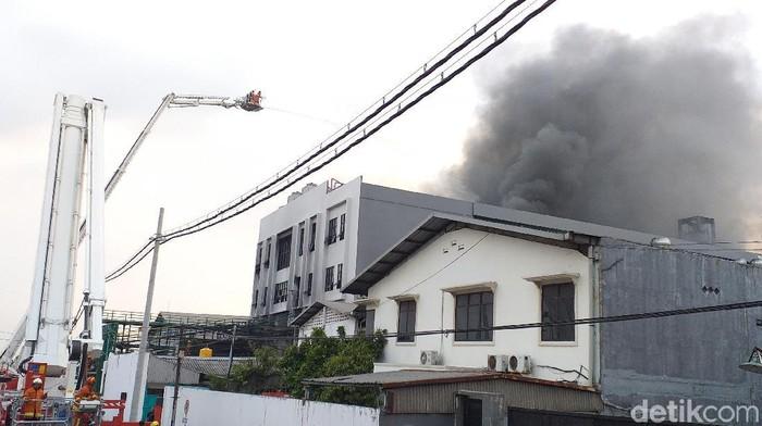Gudang yang terbakar (Foto: Amir Baihaqi)