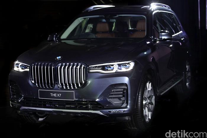 BMW Group Indonesia menampilkan mobil bergaya SUV BMW X7 di Tanah Air. Mobil yang dijuluki The President itu dibanderol dengan harga mencapai Rp 2,4 Miliar.