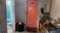 Toilet untuk guru dan murid SD itu ia gunakan untuk dapur dan ada tempat salat. Sekat temboknya ia gunakan untuk tempat tidur dan warung yang menjual aneka camilan untuk anak sekolah.