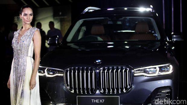 Ilmira Usmanova berpose dengan BMW X7