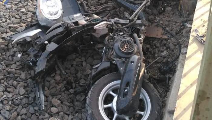 Foto: Motor hancur setelah tertabrak KRL ( dok.istimewa)