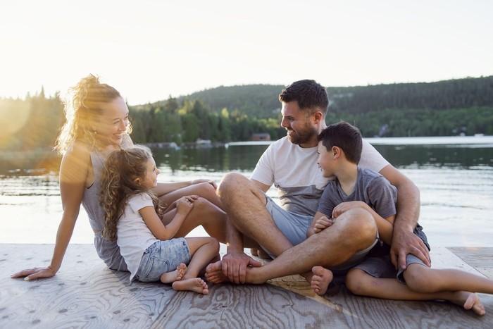 ilustrasi keluarga liburan
