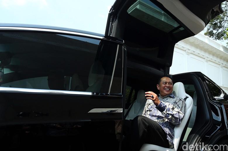 Bamsoet dengan mobil listrik Tesla Model X. Foto: Rengga Sancaya