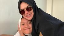 Berhijab Syari, Nikita Mirzani Antar Anak Masuk Sekolah