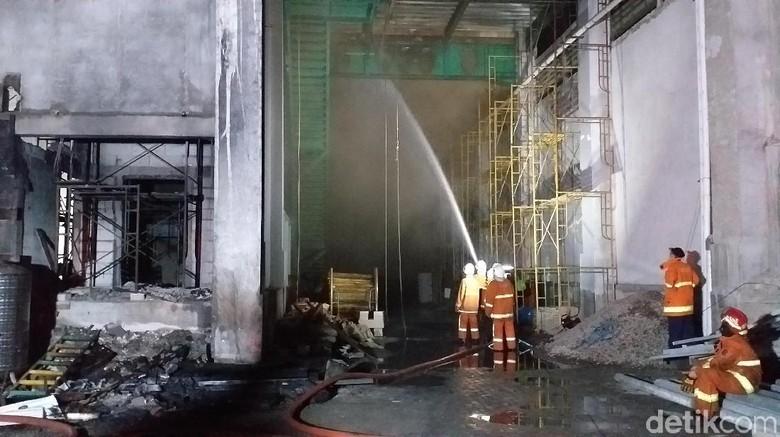 Api yang Bakar Gudang Dapat Dikendalikan, PMK Lakukan Pembasahan