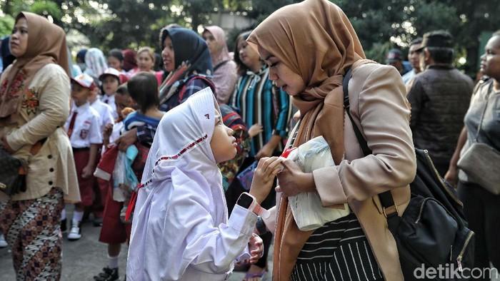 Beragam ekspresi anak SD di hari pertama masuk sekolah. (Foto: Pradita Utama)