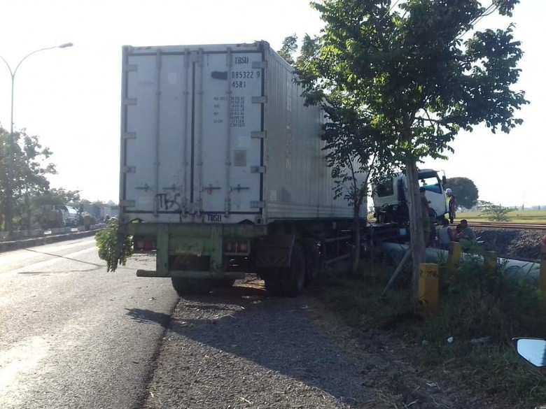 Truk Nangkring di Pipa Air Usai Hantam Pembatas Jalan Jalur Lamongan