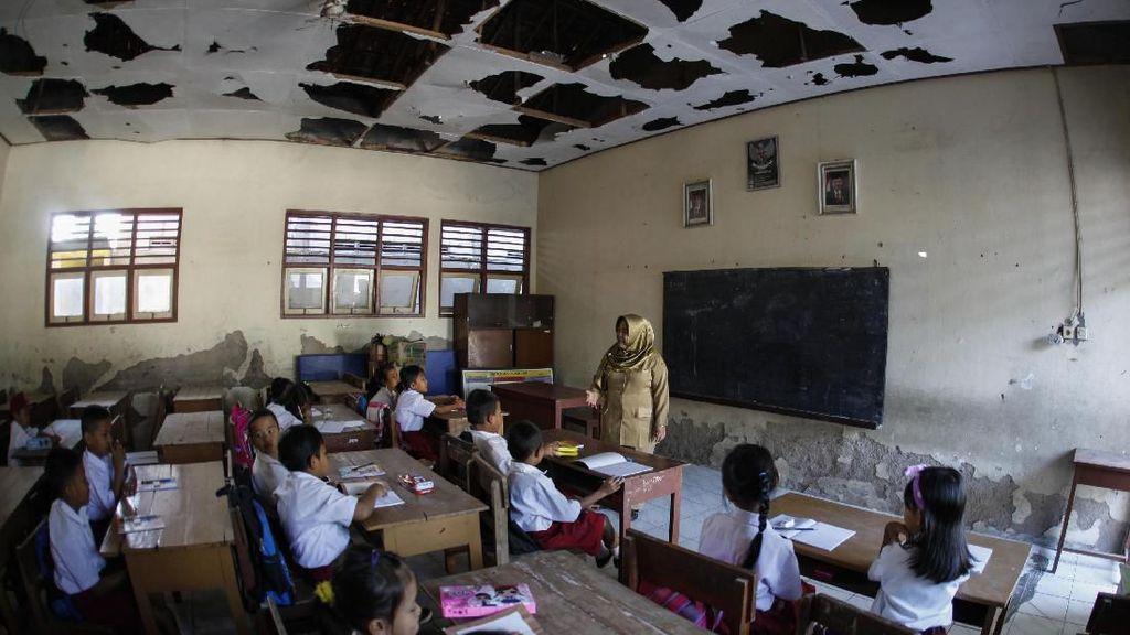Potret Hari Pertama Masuk Sekolah di Tengah Keterbatasan