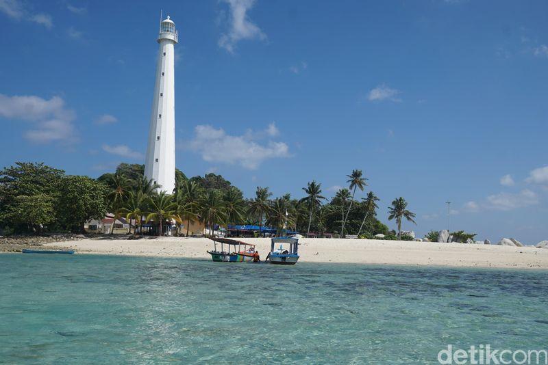 Pulau Lengkuas di Belitung, dapat ditempuh dari Pantai Tanjung Kelayang. Dari kota Tanjung Pandan naik kendaraan 30 menit, kemudian naik kapal sekitar 15-20 menit (Shinta Angriyana/detikcom)