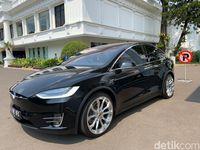 Mobil Tesla Bamsoet terparkir di Istana.