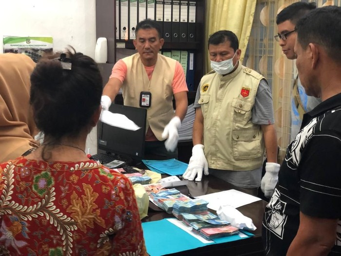 Kompol Hartono (tengah) saat memeriksa. Berkas usai melakukan OTT di Kantor BPKD Kota Pematang Siantar, Sumut, Kamis (11/7). (Dok Polda Sumut)