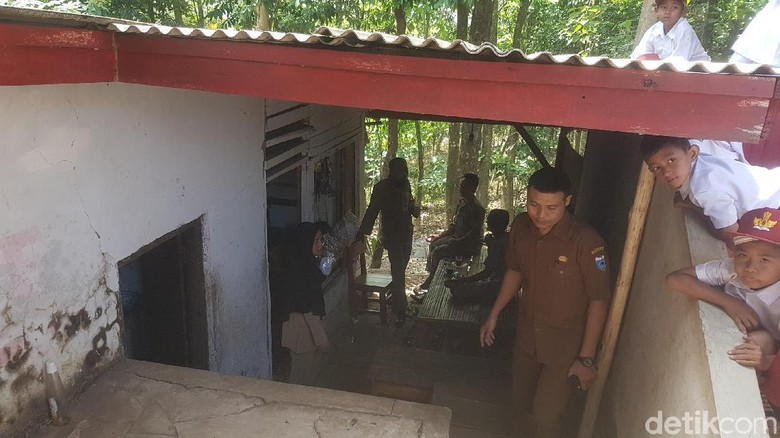 Tinggal di WC SD, Guru Honorer di Pandeglang Bergaji Rp 350 Ribu/Bulan