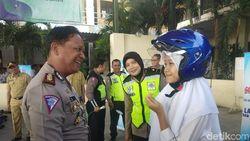 Polisi Surabaya Sosialisasi Keselamatan Berkendara di Hari Pertama Sekolah