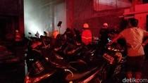 Sebuah Mobil dan 20 Motor Dievakuasi dari Dalam Gudang yang Terbakar