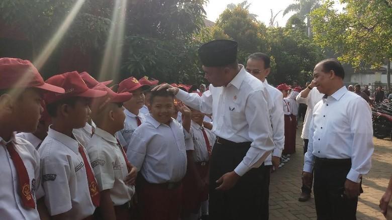 Kunjungi SD di Tangerang, Mendikbud Minta Sekolah Awasi Jajanan Murid