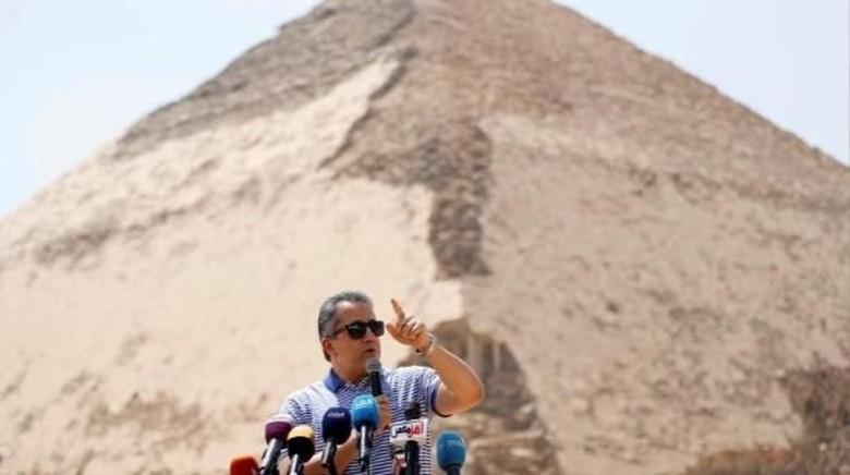 Piramida Bent di Mesir yang dibuka oleh Menteri Kebudayaan Mesir, Khaled El-Anany (Mohamed Abd El Ghany/Reuters)