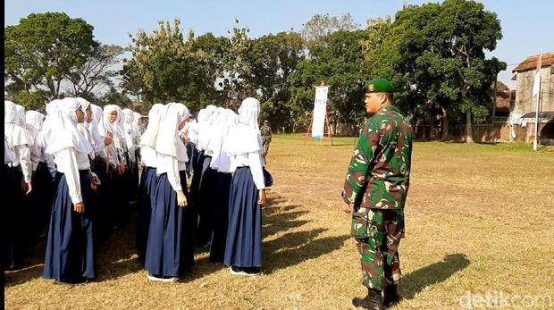 Hari Pertama Sekolah, Anggota TNI 'Gembleng' Siswa SMK di Tasikmalaya