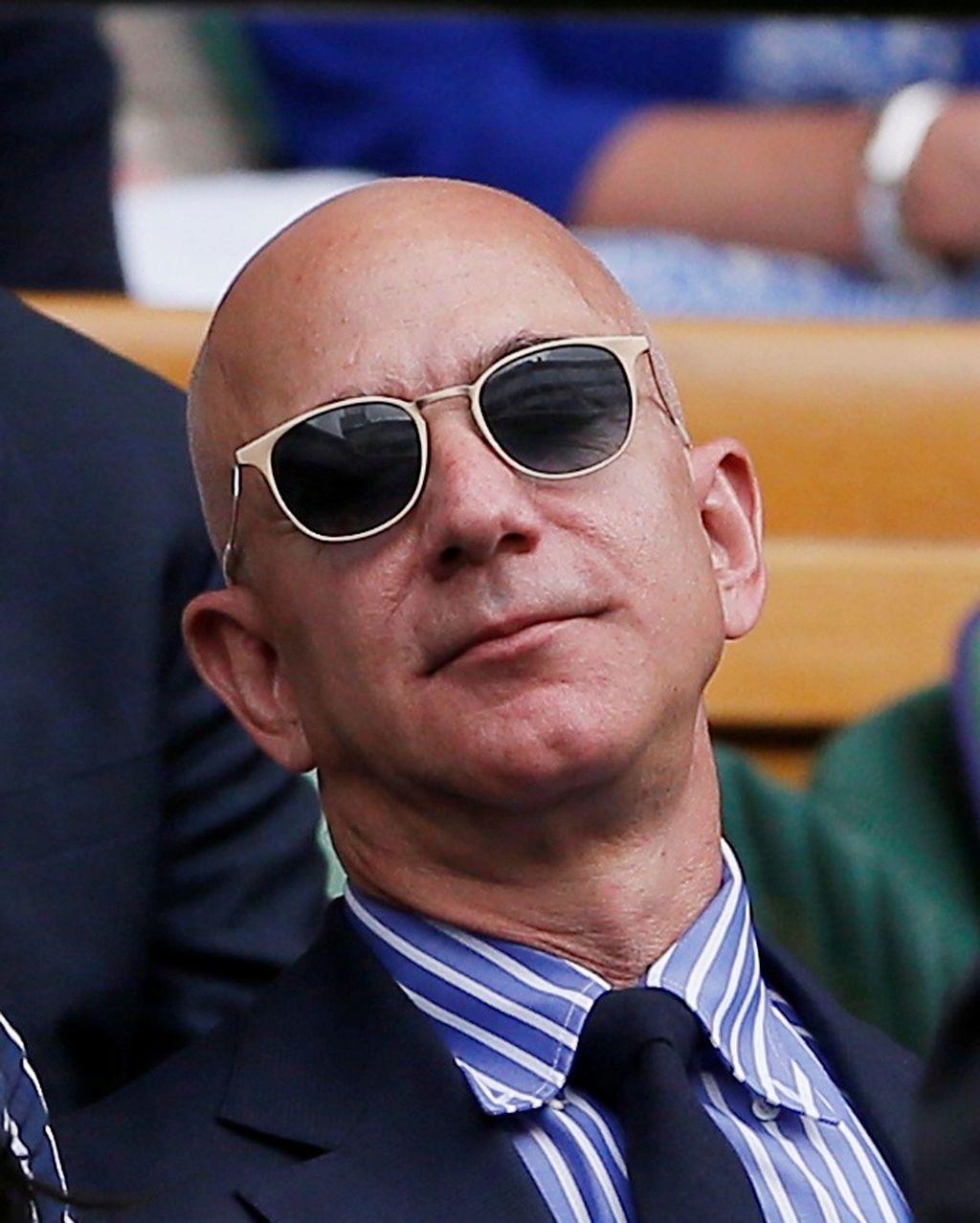Jeff Bezos sang pemilik Amazon, tampil rapi dengan blazer dan kacamata hitam. Foto: Reuters