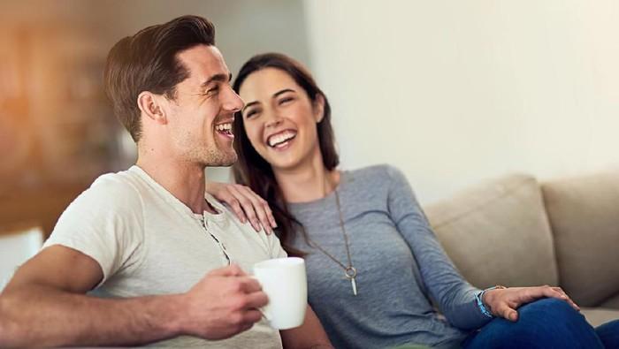 Ilustrasi pria lebih humoris dibandingkan wanita. Foto: iStock