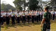Hari Pertama Sekolah, Anggota TNI Gembleng Siswa SMK di Tasikmalaya