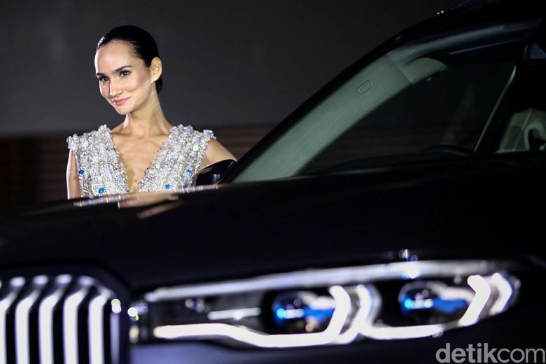 Ilmira Usmanova berpose dengan BMW X7 Foto: Rifkianto Nugroho