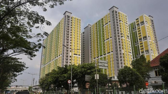 Rumah Susun Sewa (Rusunawa) yang berlokasi di Pasar Rumput, Jakarta, mulai dibangun sejak 2016 silam. Bagaimana progres pembangunanannya kini? Lihat yuk.