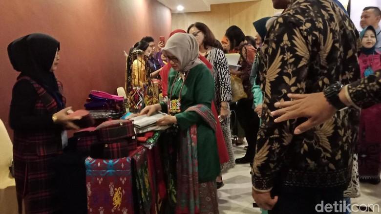 Kunjungi Pameran Kerajinan Kaltim, Mufidah Borong Kain Tenun