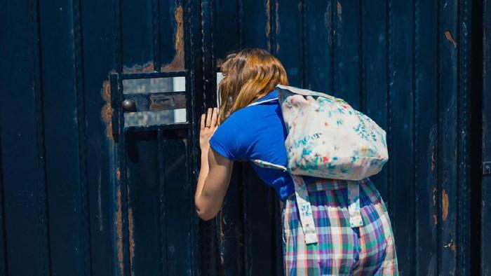 Ilustrasi ortu yang ramai-ramai mengintip anak di hari pertama sekolah. Foto: iStock