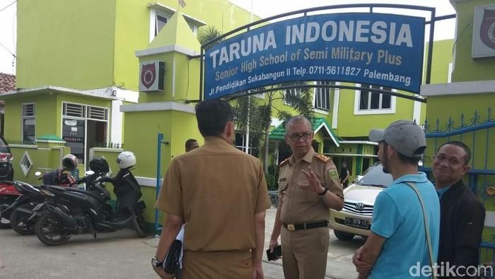 Foto: Kadisdik Sumsel, Widodo saat meninjau SMA Taruna (Raja Adil-detikcom).
