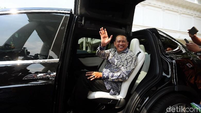 Ketua DPR RI, Bambang Soesatyo (Bamsoet) menunggangi mobil listrik bermerek Tesla Model X, saat mendatangi Istana Kepresidenan. Begini momennya.