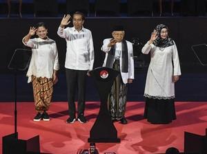 Iriana Jokowi Tampil Kekinian, Padukan Kain Batik dengan Sneakers