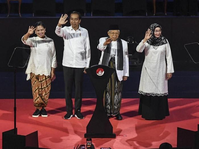 Iriana Jokowi bergaya kekinian dalam balutan baju bernuansa etnik yang dipadu dengan sneakers di acara Visi Indonesia, Minggu (14/7/2019). (Foto: ANTARA FOTO/Hafidz Mubarak A)