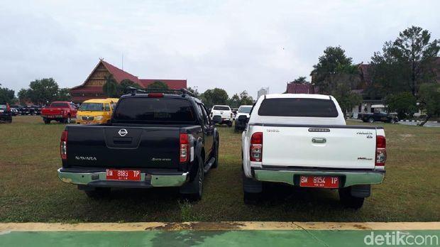 Gubernur Riau, Syamsuar, masih mengandangkan mobil dinas. Mobil itu ditempatkan di halaman parkir.