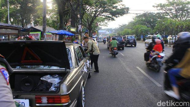 Polisi Pergoki Mobil Berpelat Tulisan 'MARRIED' Keliaran di Bandung