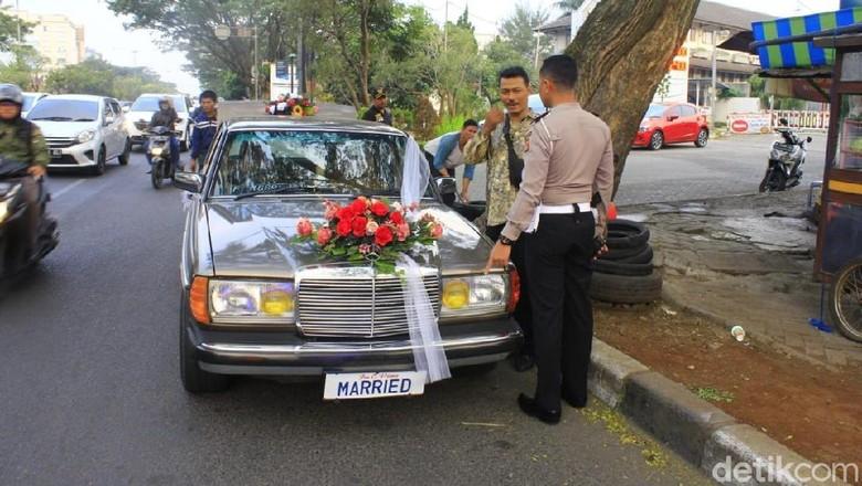 Mobil berpelat MARRIED yang ditegur polisi Foto: Wakasatlantas Polrestabes Bandung