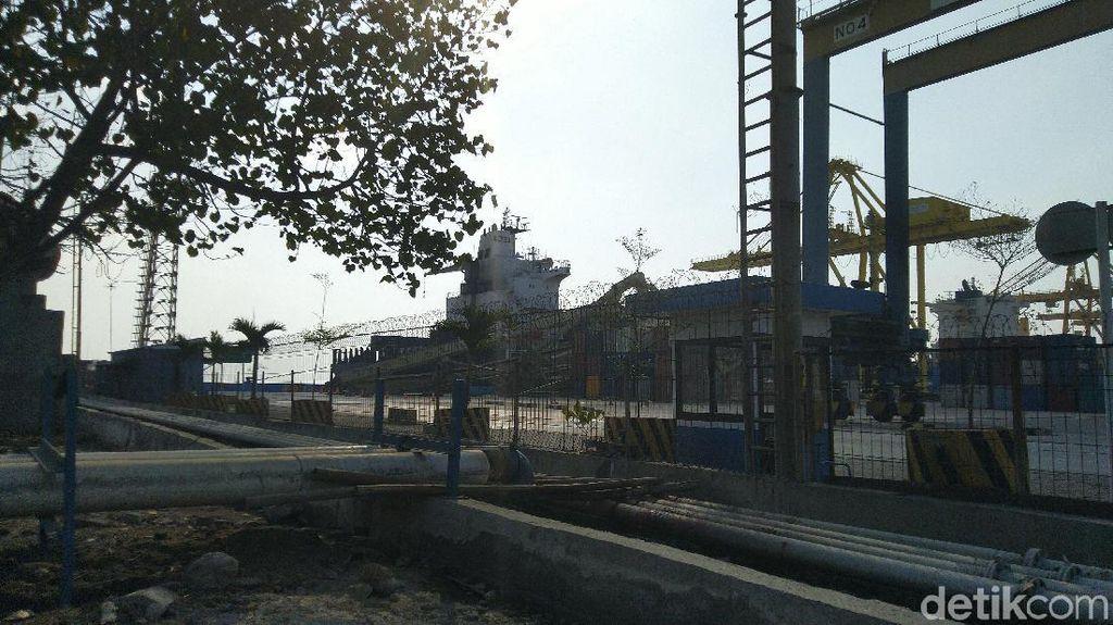 Butuh 5 Hari untuk Evakuasi Crane yang Tertabrak Kapal di Semarang