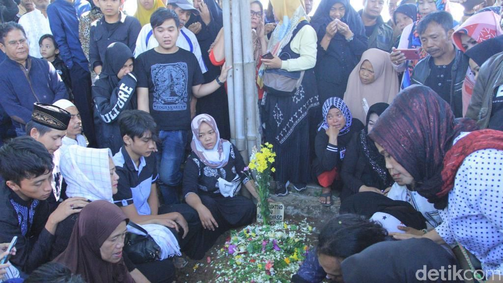 Isak Tangis Warnai Pemakaman Penyanyi Pop Sunda Asep Darso