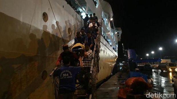 Selamatkan Penumpang Bunuh Diri Lompat dari KM Tidar, Arham Hilang di Laut