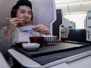 Bahas Daftar Menu Pesawat Ditulis Tangan, Ini Rius Vernandes Saat Kulineran