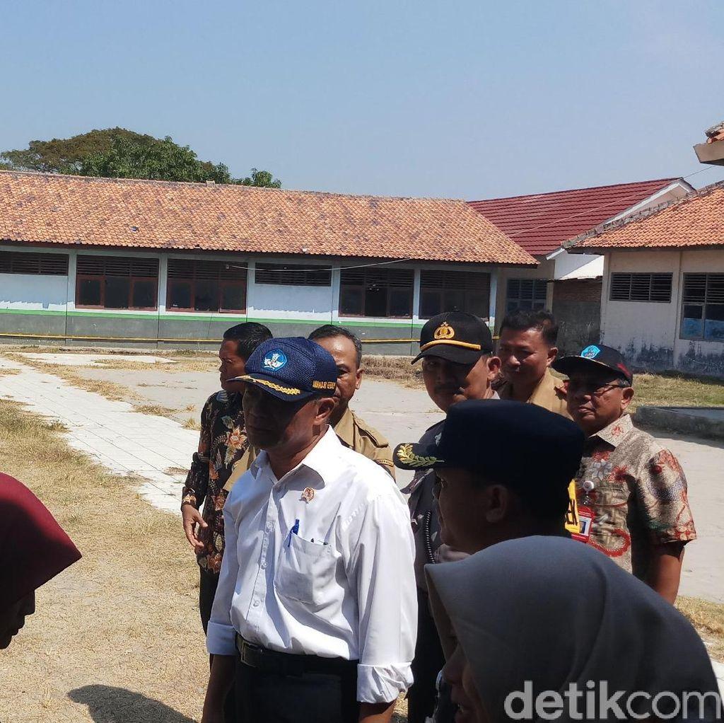 Ke SMP 1 Muara Gembong, Mendikbud Pastikan PPDB Lancar dan Cek Bangunan Rusak