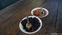 Di Coffee Plantation Tour di Resor MesaStila kamu akan mencoba makan biji kopi seusai disangrai dengan tambahan gula Jawa (Ahmad Masaul Khoiri/detikcom)