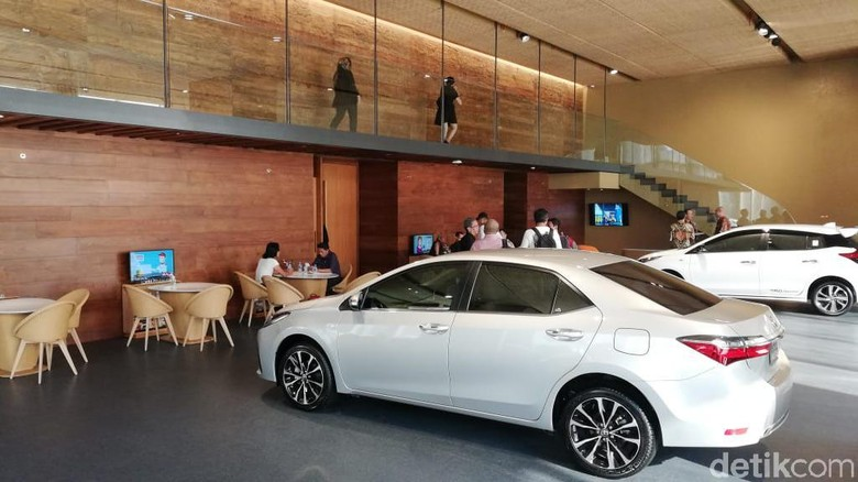 Showroom Toyota di Menara Astra Sudirman Foto: Rizki Pratama