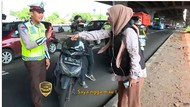 Emak-emak Histeris Tidak Mau Ditilang Pak Polisi