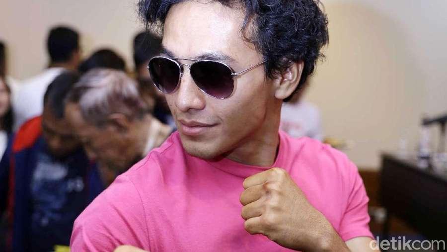 Jefri Nichol Pamer Fighting Pose dengan Kaus Pink