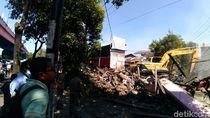 Pembongkaran 6 Rumah di Wonokromo Surabaya Diwarnai Isak Tangis