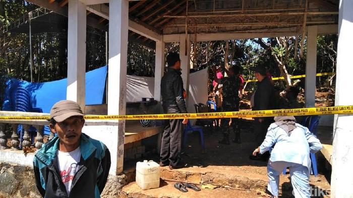 Pembongkaran makam anak yang diduga korban penganiayaan. (Foto: Ragil Ajiyanto/detikcom)