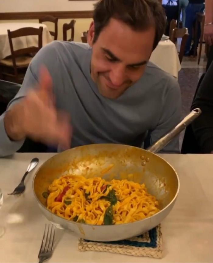 Saat di Roma, Italia, Federer meniru kebiasaan warga lokal. Yap! Ia mencium dulu aroma pasta lezat yang terhidang di hadapannya. Foto: Instagram rogerfederer