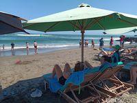 Turis asyik bersantai di Pantai Canggu (Aditya Mardiastuti /detikcom)