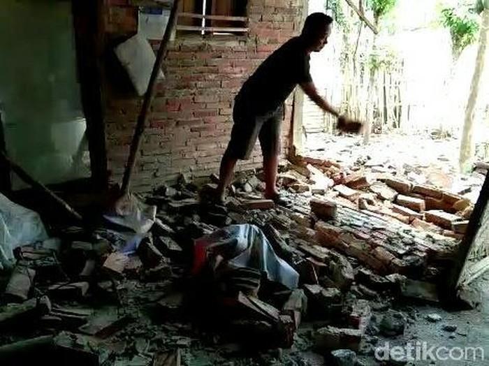 Warga sedang membersihkan puing bangunan yang ambrol/Foto: Ardian Fanani